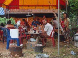 Pause während einer Zeremonie, Essen und Trinken ist immer dabei
