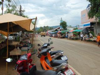 An 5 Tagen der Woche ist Markttag an der Hauptstrasse in Bo Thai